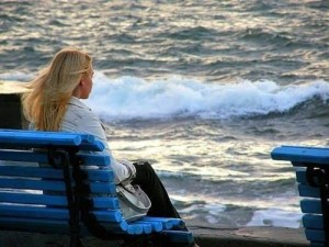 Bankfrau am Meer - Saowanee Sriya